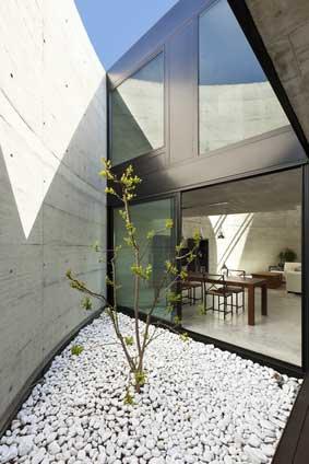 Lesena okna osvetlijo prostor